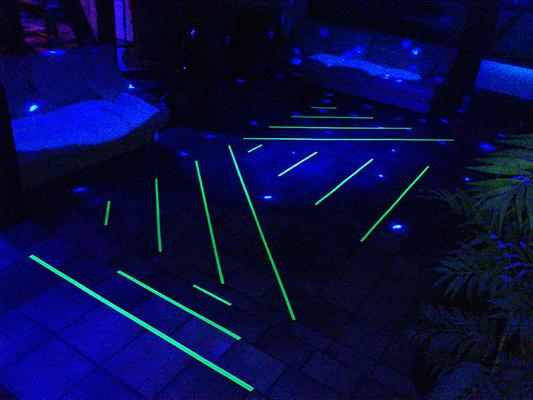 Tanzfläche in Blacklight